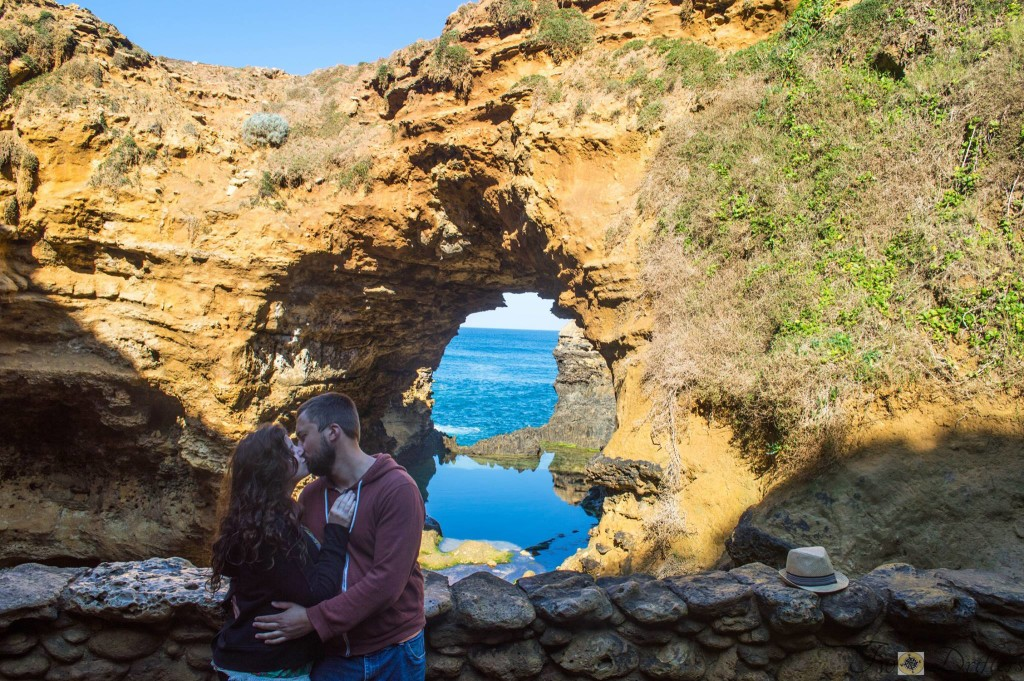 tips for couples travel - kiss in Australia